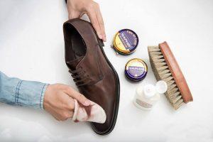Hướng dẫn cách đánh xi cho giày da luôn bóng